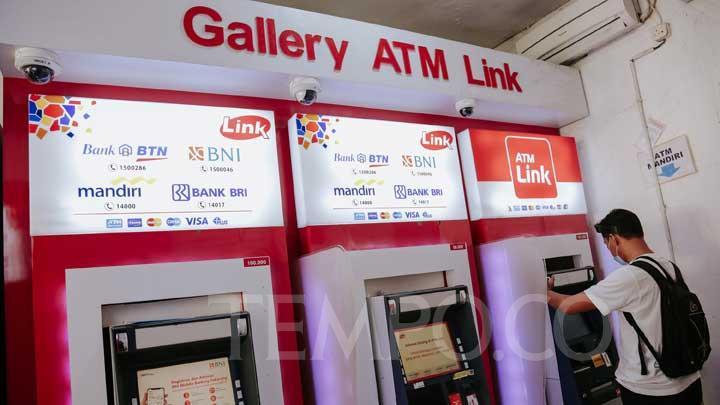 Warga melakukan transaksi di ATM Link di Jakarta, Ahad, 23 Mei 2021. (FOTO : TEMPO/M Taufan Rengganis)