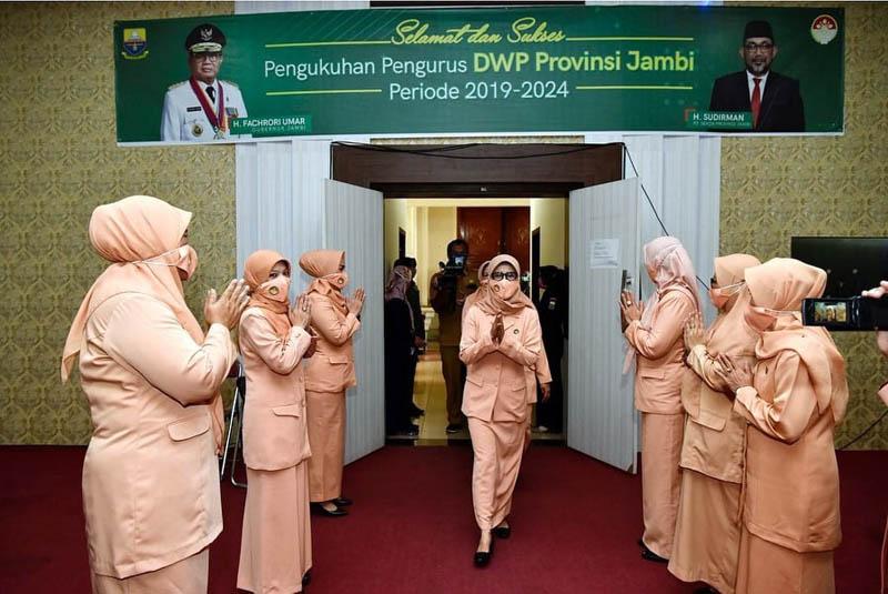 FOTO : Pengukuhan Pengurus DWP Provinsi Jambi periode 2019 - 2024, secara virtual, di Ruang Pola Kantor Gubernur Jambi, Selasa (07/07/20).