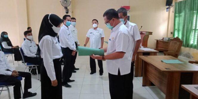 FOTO : Kepala BKPSDM Kabupaten Tanjung Jabung Barat, H. R. Gatot Suwarso, SH, MM Saat Menyerahkan SK kepada Salah Satu CPNS di Aula BKPSDM, Rabu (30/12/20).