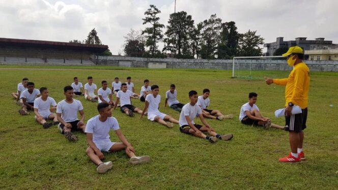 FOTO : 20 Putra Putri Tanjab Barat Mengikuti Tes Kesamaptaan di Stadion KONI Kota Jambi, Jumat (18/09/20).
