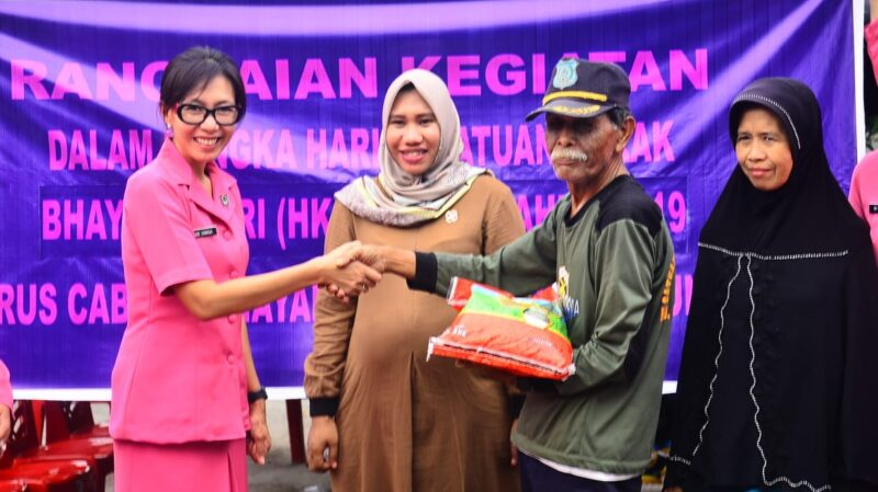 FOTO : Ketua Bhayangkari Cabang Polres Ysnjab Barat, Ny. Ade Sinagga Serahkan Babtuan Krpada Korban Kebakaran di RT 13, Kelapa Gading, Sabtu (15/09/19)