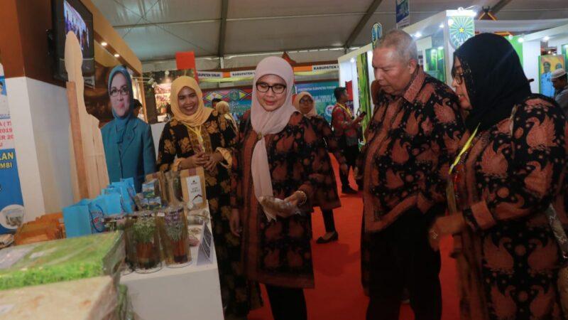 FOTO : Bupati H. Safrial didampingi Istri Cici Halimah, SE Menghadiri Gelaran Teknologi Tepat Guna (TTG) XXI Tahun 2019 di Bengkulu, Senin (23/09/19)