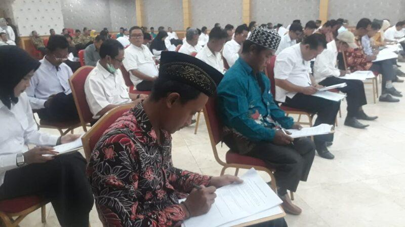 FOTO : Bakal Calon Kades Tengah Mengikuti Ujian Seleksi Tertulis di Balai Pertemuan Kantor Bupati, Rabu (25/09/19)
