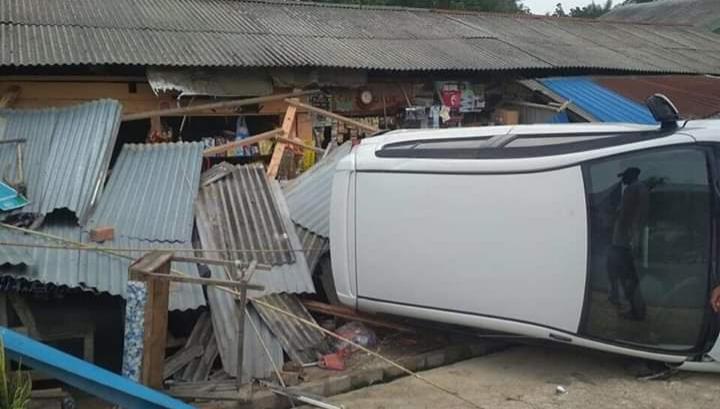 FOTO : Mobil Ayila Warna Putih Yang Menabrak Warung Warga di Depan SPBU Muntialo, Selasa (08/10/19)