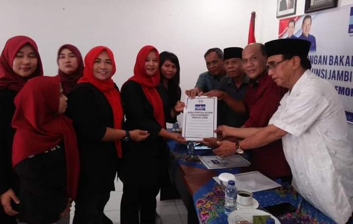 FOTO : Tim Sukses Cagub Safrial Mengambil Formulir Penjaringan Cagub Partai Demokrat Jambi, Selasa (08/10/19).