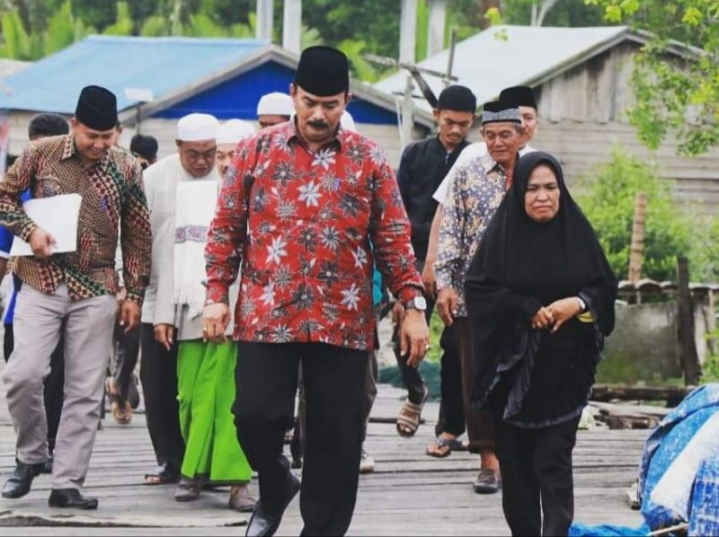 FOTO : Wakil Bupati Tanjung Jabung Barat, Drs. H. Amir Sakib Saat Menuju Masjid Assolihin Sungai Rawai Desa Kuala Baru, Sabtu (23/11/19)