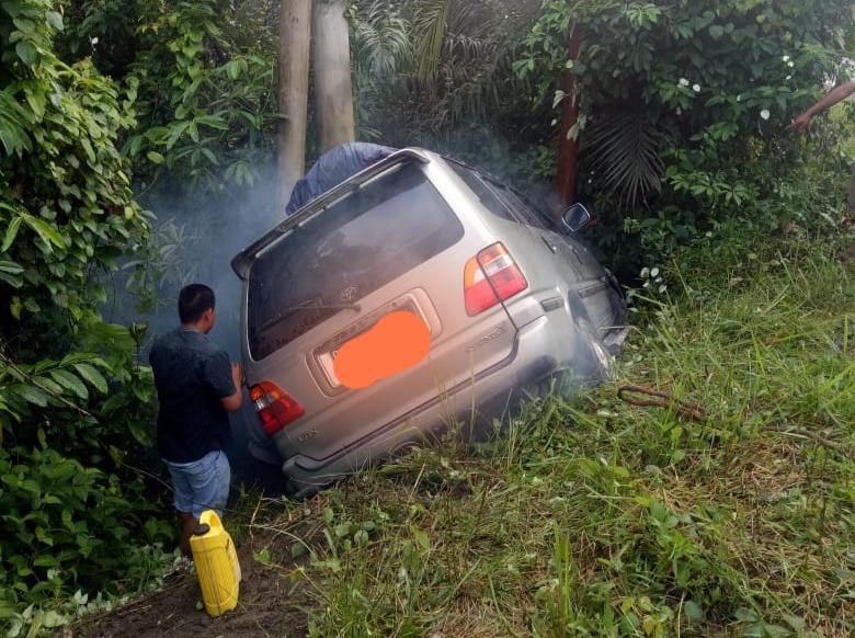 FOTO : Mobil Yang Tabrak Tiang Listrik di Tungkal Ulu, Sabtu (04/01/20)