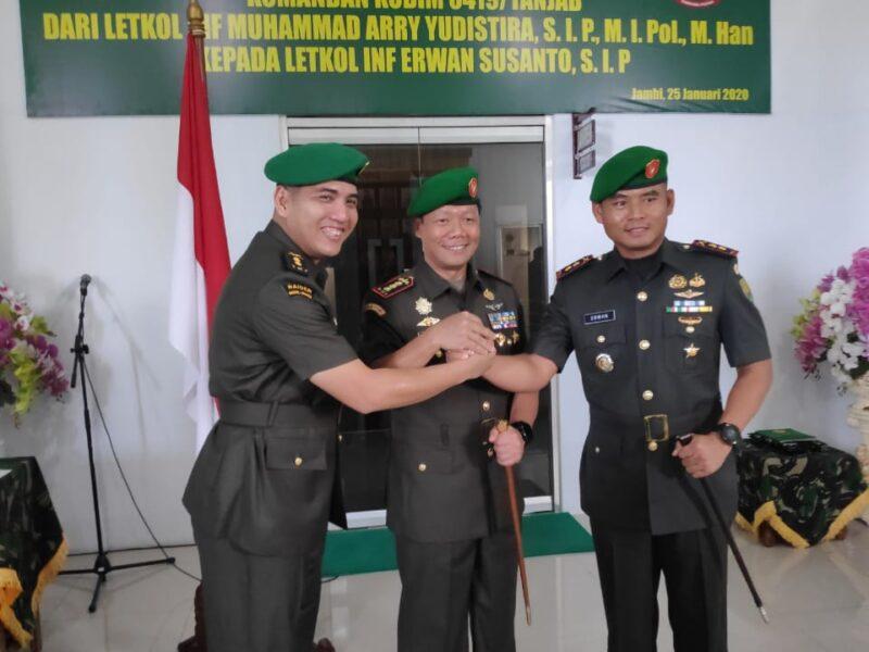 FOTO : Danem 042/Gapu Kolonel Arh Elphis Rudy, M.Sc, SS (tengah) Letnan Kolonel Inf M. Arry Yudistira,. SIP, M.I.Pol, M.Han (kiri) Letnan Kolonel Inf Erwan Susanto, SIP (kanan) Usai Sertijab di Gedung Utama Makorem 042/Gapu, Sabtu (25/01/20)