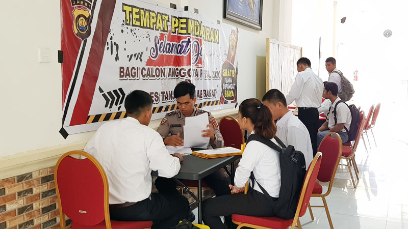 FOTO : Pendaftaran Calon Anggota Polri Di Mapolres Tanjab Barat, Rabu (18/03/20).