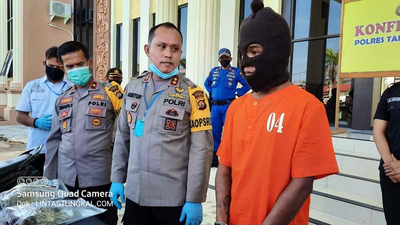 FOTO : Kapolres Tanjab Barat AKBP Guntur Saputro, SIK, MH Saat Memberikan Keterangan Pers di Mapolres Tanjab Barat, Kamis (07/05/20)