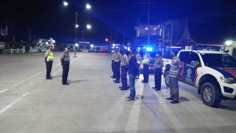 FOTO : Tim Petir Polisi Polres Tanjab Barat dan Satuan Lalulintas Tengah Berjaga dan Stanby di Jalan Alun-alun Kota Kuala Tungkal, Rabu (13/05/20).