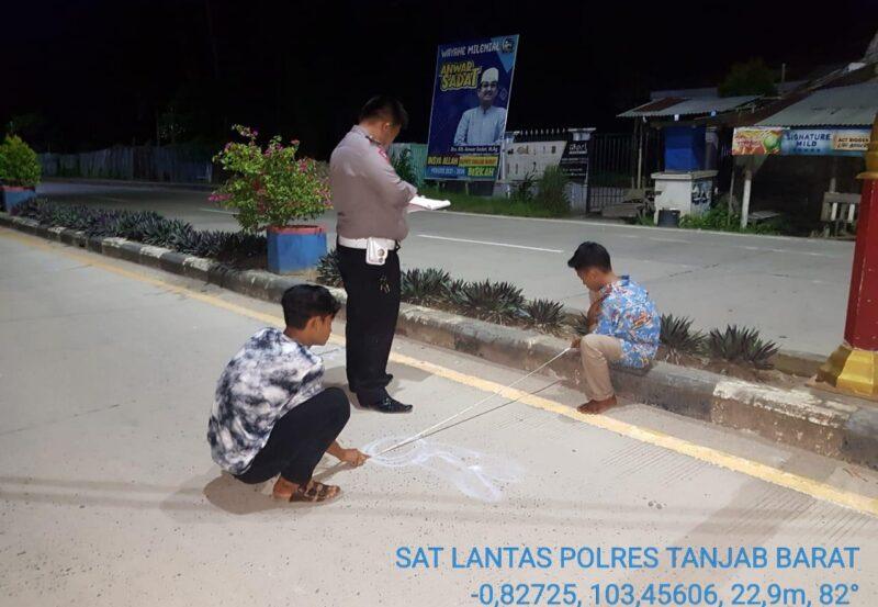 FOTO : Petugas Sat Lantas Polres Tanjab Barat Melakukan Pengukuean di TKP Pasca Kejadian Laka Lantas, Minggu (24/05/20)