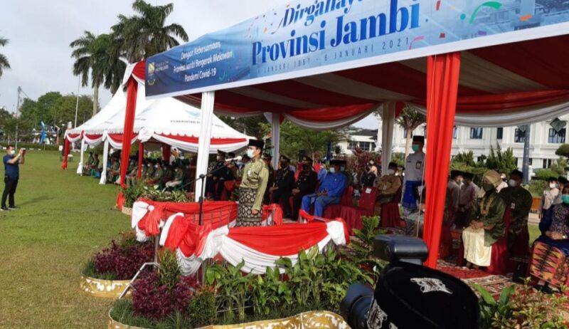 FOTO : Gubernur Jambi Fachrori Umar Pimpin Upacara di lapangan Kantor Gubernur Jambi, Rabu (06/01/21).