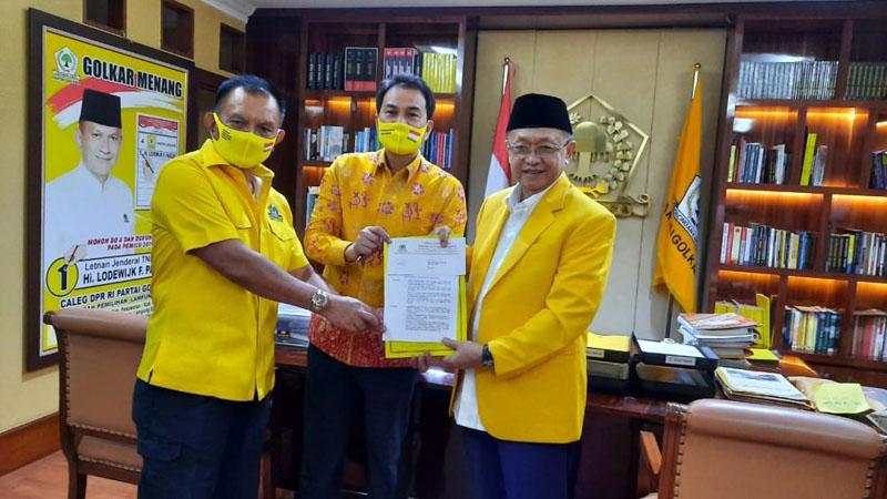 FOTO : Cek Endra Memegang SK Rekomendasi DPP Partai Golkar