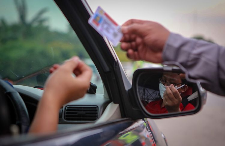 ILUSTRASI : Petugas Polisi Memeriksa SIM Pemgendara. FOTO : Kompas.com