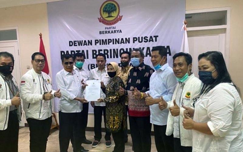 Pyerahan rekomendasi dukungan terhadap Tatu-Pandji diberikan langsung Muchdi Pr kepada Tatu di Jakarta, Rabu (19/08/20). FOTO : Topmediad.co.id