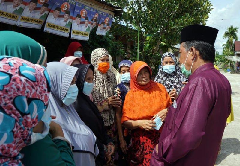 FOTO : Calon Wakil Gubernur Jambi nomor urut 3, Abdullah Sani bersilaturahmi dengan Warga Parit Deli, Kecamatan Kuala Betara, Rabu (11/11/20).