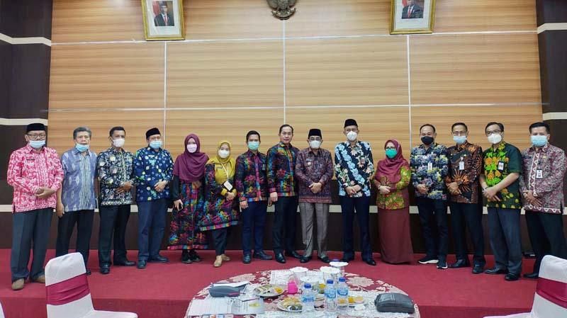 FOTO : Bupati KH. Anwar Sadat Saat Menerima Notulen Pemeriksaan Keuangan Daerah Kabupaten Tanjung Jabung Barat dari Tim BKP Perwakilan Jambi, Kamis (01/04/21).