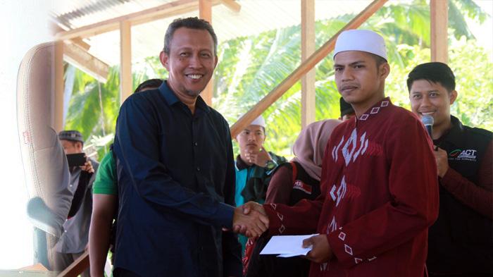 FOTO : Sekda Tanjab Barat Ir. H. Agus Sanusi serahkan donasi hasil Penggalangan Donasi Peduli Madrasah (PDPM) Madrasah Ibtidaiyah di Parit 9 Desa Tungkal Satu, Sabtu (25/01/20)