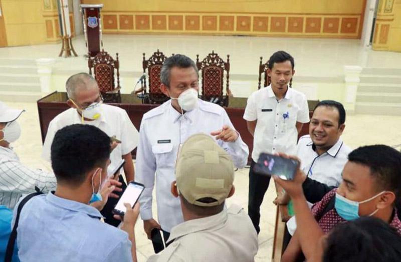 FOTO : Sekda Ir. H. Agus Sanusi, M.Si didampingi Jubir GT Covid-19 H. Taharuddin saat menggelar konferensi pers dengan awak media di Gedung Bali Pertemuan, Rabu (08/04/20).
