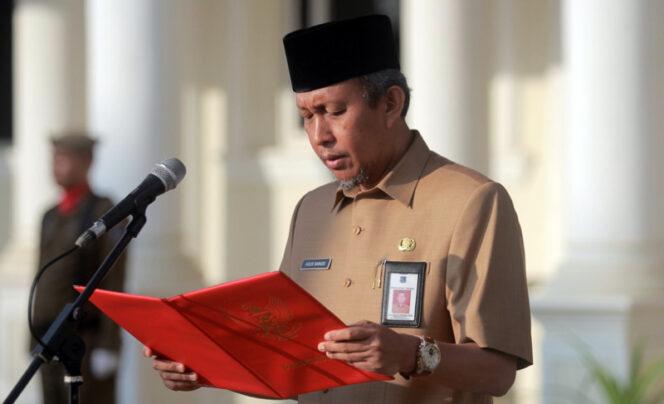 FOTO : Sekda Tanjab Barat Ir. H. Agus Sanusi, M.Si memimpin upacara gabungan TNI, Polri, dan ASN Pemkab Tanjab Barat di Halaman Kantor Bupati, Senin (17/02/20).