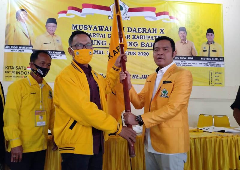 FOTO : Penyerahkan Bendera Golkar Kepada Ahmad Jahfar, SH Usai Muda di Sekretariat DPD I Partai Golkar Provinsi Jambi di Kota Jambi, Sabtu (15/08/20).