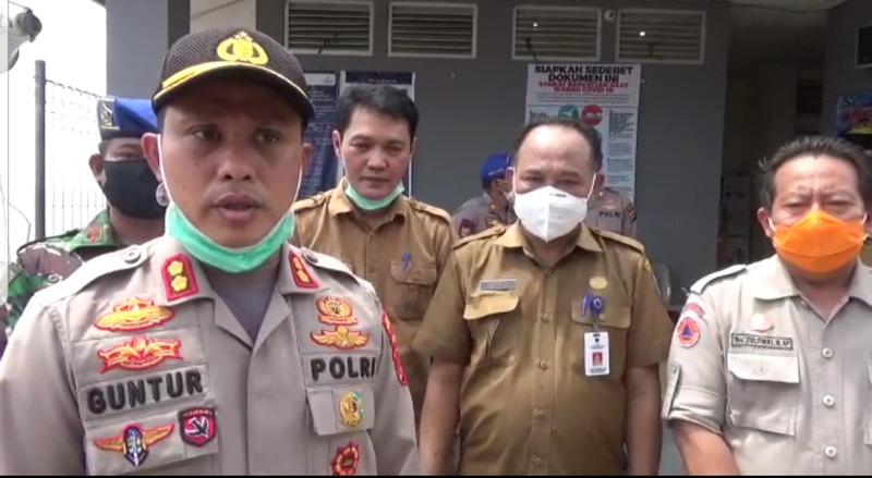 FOTO : Kapolres Tanjab Barat AKBP Guntur Saputro, SIK, MH di Pelabuhan Roro Kuala Tungkal, Selasa (19/05/20)