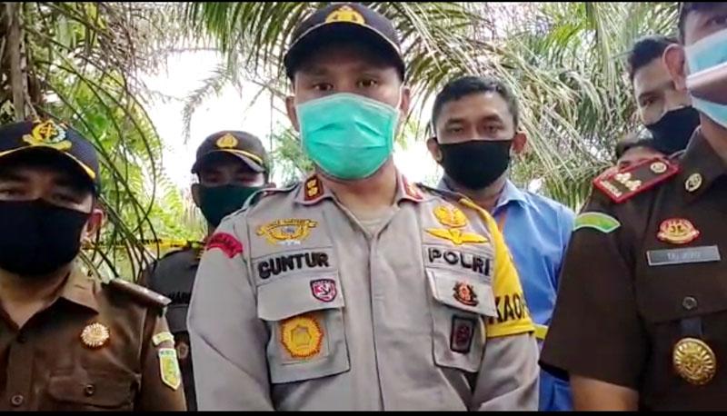 FOTO : Kapolres Tanjab Barat AKBP Guntur Saputro, S.IK, MH saat Berada di TKP Melakukan Rekontruksi Pengungkapan Kasus Pembunuhan, Selasa (12/05/20).