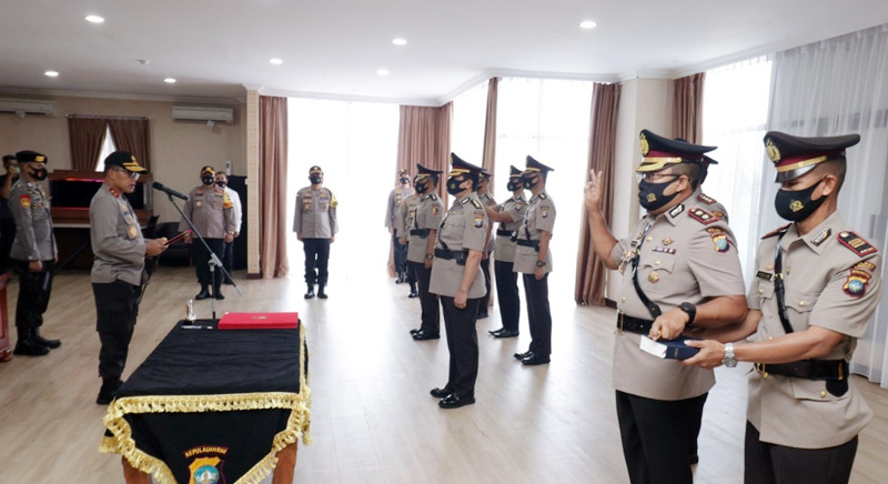 FOTO : Kapolda Kepri, Irjen Pol Aris Budiman, memimpin serah terima jabatan dan pengambilan sumpah para pejabat utama Polda Kepri, Rabu (19/08/20)