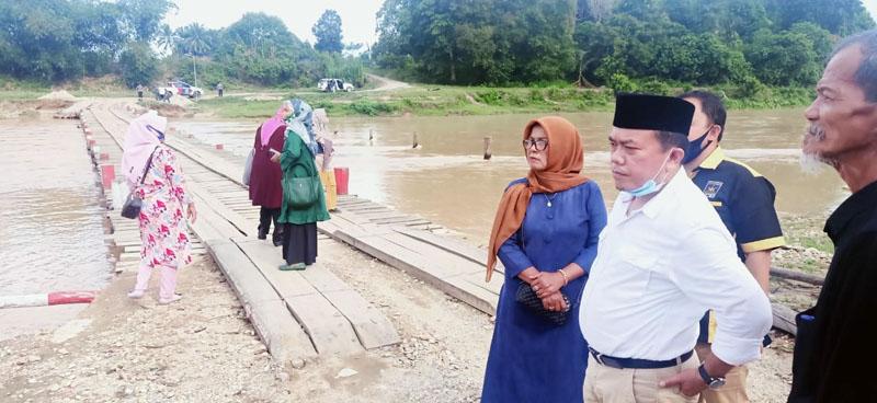 FOTO : Al Haris Ketika Berada di Jembatan Penyebrangan Warga Mangun Jayo, Kamis (22/10/20)