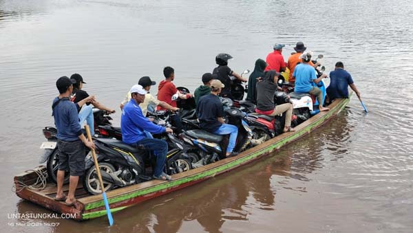 Antrian Panjang Kendaraan Toda Dua dan orang di Pelabuhan Penyebrangan Perahu di Kuala Indah, Kecaman Kuala Betara, Minggu (16/05/21).