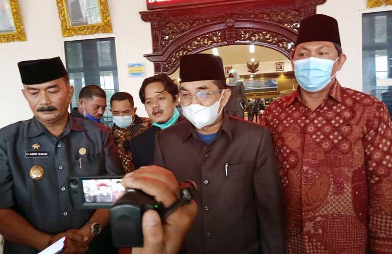 FOTO : Anwar Sadat Bersama Hairan usai melaksanakan Rapat Paripurna di DPRD Kabupaten Tanjab Barat, Selasa (26/1/21).