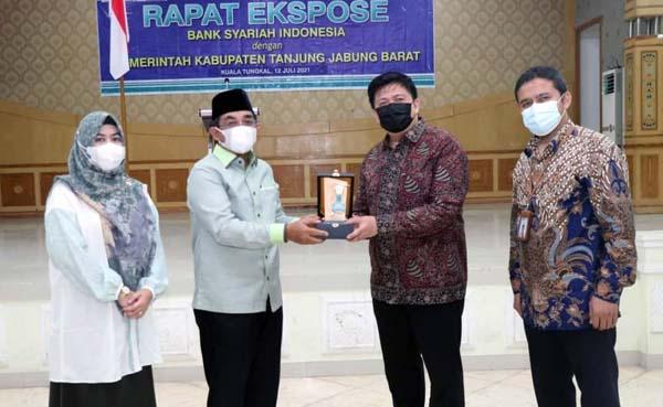 Bupati H. Anwar Sadat dan Manager BSI Area Jambi Ary Yusnairy Muslim pada Rapat Ekspose Bank Syari'ah Indonesia (BSI) dengan Pemkab Tanjung Jabung Barat di Balai Pertemuan Kantor Bupati, Senin (12/07/21). PROKOPIM