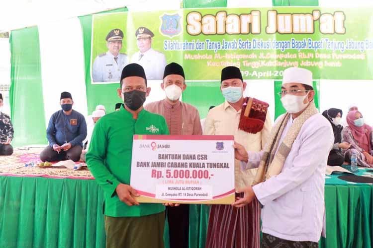 Bupati H. Anwar Sadat dan Wabup Hairan Serahkan Bantuan Dana CSR Bank 9 Jambi serta menyerahkan bantuan mushaf Al Qur'an untuk Musholla Al Ikhlas jln Cempaka Putih RT 14 Desa Purwodadi. FOTO : Prokopim