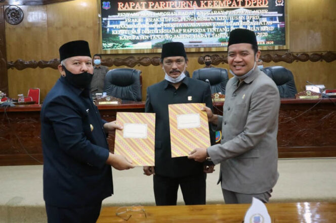 FOTO : Bupati Tanjab Barat H. Safrial Bersama Pimpinan DPRD Menandatangani Nota Pengesahan APBD-P 2020 Jumat (25/09/20).
