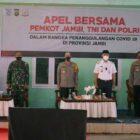 Danrem 042/Gapu Brigjen TNI M Zulkifli  Saat Hadiri  Apel Bersama Penanggulangan Covid-19 di Lapangan Tenis Dinas Pendidikan Kota Jambi, Rabu (16/06/21).