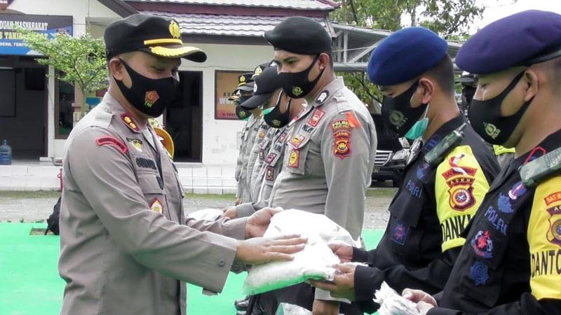 FOTO : Kapolres Tanjab Barat AKBP Guntur Saputro, SIK, MH saat Memimpin Apel Pergeseran Pasukan Pengamanan TPS di Lapangan Hijau Mapolres Tanjab Barat, Senin (07/12/20).