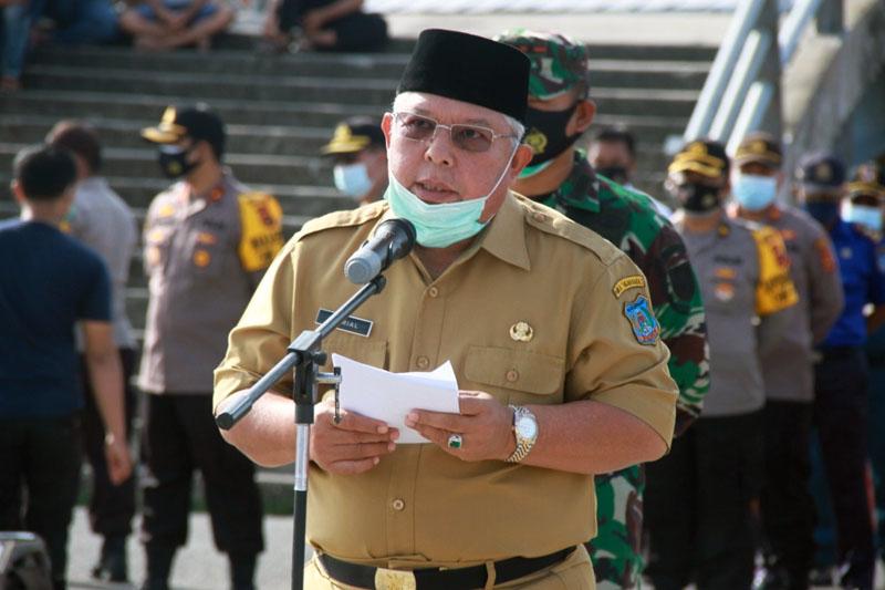 FOTO : Bupati Dr. Ir. H. Safrial Saat Pimpin Apel Siaga Bencana Dampak Fenomena La Lina di Pelabuhan LLASDP. Senin (02/11/20).