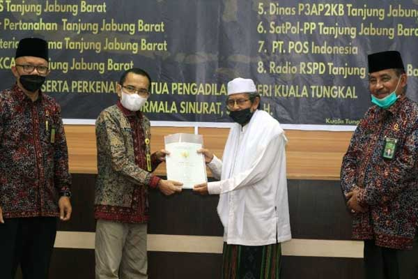 Ketua PA Kuala Tungkal Zakaria Ansori, SHI, MH bersama Kepala Kantor Pertanahan Supriadi, S. SiT., M.Si pada Acara Penandatanganan MoU Kerjasama di Rumah Dinas Bupati Tanjab Barat, Jumat (09/07/21).