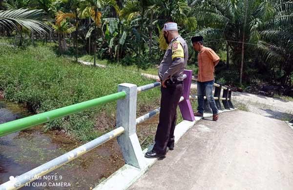 Anggota BKTM Polsek Tungkal Ilir Saat Mendatangi Sekitar TKP Jatuhnya Korban. FOTO : POLSEKILIR
