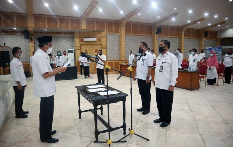 FOTO : Sekretaris Daerah Ir. H. Agus Sanusi, M.Si Pimpin Apel Ikrar Netralitas pada Pilkada Serentak 2020 di Balai Pertemuan Kantor Bupati, (14/10/20).