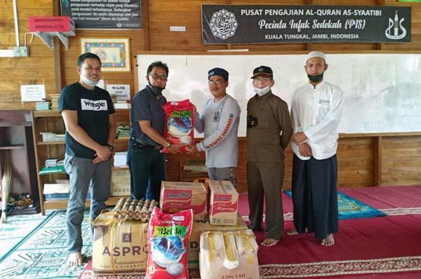 Pengurus ASRI Media Grup Jambi Saat Menerahkan Bantuan pada Pengurus Pusat Pengajian Al-Quran As-Syaatibi, Senin, (05/07/21).