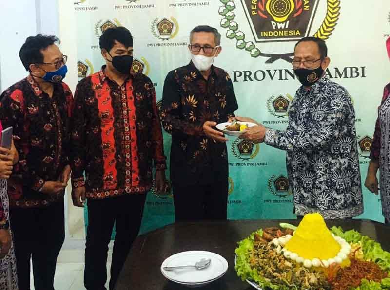 FOTO : Pemotongan Tumpeng Acara Syukuran dalam Rangka Hari Pers Nasional (HPN) 2021 dan Hari Ulang Tahun (HUT) ke-75 PWI di Sektetariat Persatuan Wartawan Indonesia (PWI) Jambi, Selasa (09/02/21)