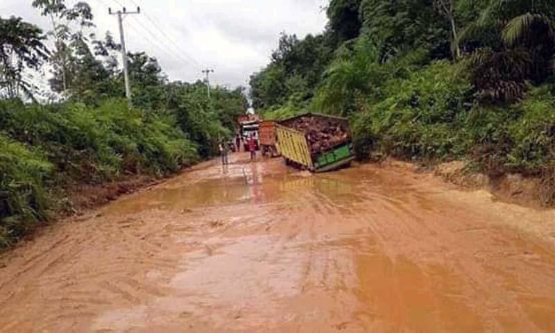 FOTO : Kondisi Jalan Kabupaten di di RT 19 Pal 27 dan 28 Desa Sungai Gelam, Kecamatan Sungai Gelam, Kabupaten Muaro Jambi becek dan berlobang.