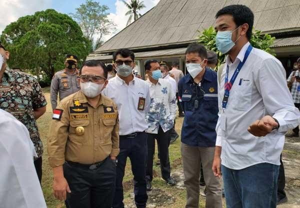 Gubernur Jambi Al Haris didampingi Bupati Batang Hari M. Fadhil Arief Saat Melakukan Peninjauan Gedung Eks Rumah Sakit Pertamina Bajubang, Sabtu (10/07/21). FOTO : GRUP WARTAWAN JAMBI