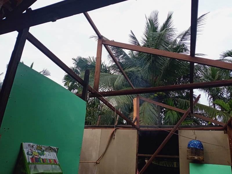 FOTO : Tampak Atap Rumah Warga Lepas Dihantam Angin Puting Beliung, Sabtu (10/10/20)