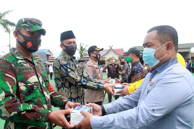 FOTO : Penyerahan Masker dari Perwakilan Bakal Calon Bupati kepada Kapolres, Dandim dan Sekda usai Apel di Halaman Mapolres Tanjab Barat, Kamis (10/09/20).