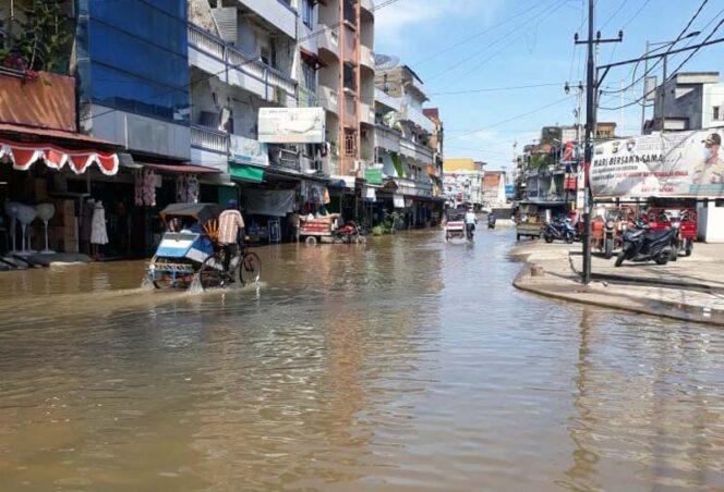 FOTO : Genangan Air di Salah Satu Ruas Jalan Dalam Kota Kuala Tungkal, Sabtu (14/11/20) sekitar pukul 13.45 WIB