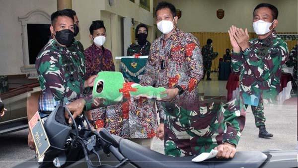 FOTO : Pangdam II/Sriwijaya, Mayjen TNI Agus Suhardi saat Menerima Penyerahan Bantuan Kendaraan Ops dari SKK Migas SUMBAGSEL-KKKS PetroChina International Jabung Ltd.