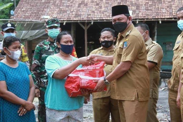 Wakil Bupati Hairan SH Saat Menyerahkan Simbolis Bantuan kepada Istri Pak Sarju, Senin (05/07/21).FOTO : PROKOPIM.